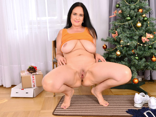 Mature mom Ria Black gives her pussy an Xmas treat bbw mature milf video