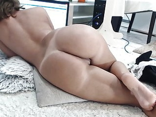 Wonder MILF masturbating her creamy pussy until squirt webcam amateur sex toy video